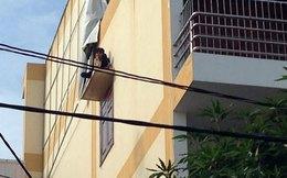 Nam thanh niên ngáo đá vắt vẻo trên tấm đan cửa sổ