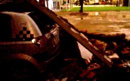 Giông lốc ở Hà Nội: Ô tô đậu sát tường sân bóng cũng không thoát