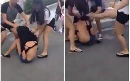 Clip nữ sinh bị bạn đánh hội đồng, lột đồ giữa đường gây bức xúc