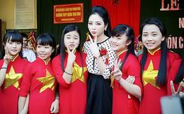 """Hoa hậu Ngọc Anh được mẹ """"tháp tùng"""" về thăm trường cũ"""