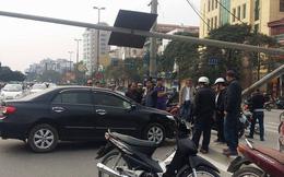Hà Nội: Xế hộp nổ lốp giữa phố, tài xế bỏ đi