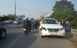 Xe Lexus hất văng 2 người đi xe máy ngã xuống đường