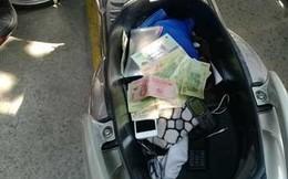 Xe máy chứa 1,6 tỷ bỏ bên đường: Tiền được giấu ở khắp nơi
