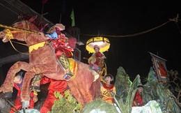 """Dân đổ xô đến xem lễ hội rước """"cô gái không xương"""" ở Quảng Nam"""