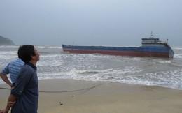 Quảng Ngãi: Tàu hàng mắc cạn do sóng lớn đánh đứt neo