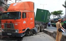 Xe container nổ lốp đâm hàng loạt dải phân cách