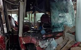 Xe khách đối đầu xe tải, ba người nhập viện
