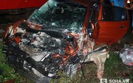 Người dân phá cửa cứu 4 thanh niên trên chiếc xe con bẹp dúm