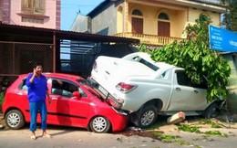 Xe bán tải kéo theo xe con đâm sập nhà dân