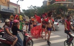 """Hà Nội: Người mẫu """"catwalk"""" ngay giữa đường với trang phục kì lạ"""
