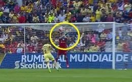 """Thủ môn Santos gây sốc với pha bắt bóng như """"bán độ"""""""