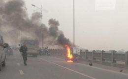 HN: Xe máy bốc cháy dữ dội trên cầu Vĩnh Tuy