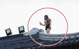 Vào khu miếu linh thiêng, cô gái trèo lên nóc nhà tự sướng khiến dư luận phẫn nộ