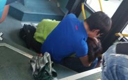 Hành động quá phản cảm trước cửa xe bus của cặp đôi trẻ
