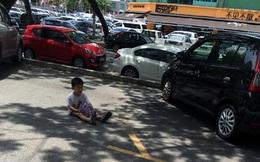 """Bạn sẽ giận """"sôi máu"""" khi biết vì sao cậu bé 3 tuổi lại ngồi bệt trên đường như thế này"""
