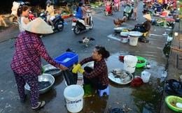 Chợ tự phát tràn lan, khó kiểm tra an toàn thực phẩm