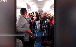 Đánh nhau trên máy bay vì mở nhạc quá to