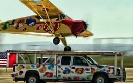 Clip phi cơ hạ cánh trên mui ô tô đang chạy gây sốc