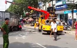 Xe tải bị nghiêng, chạy 1 đoạn bằng 2 bánh như trong phim hành động