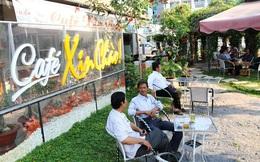 Nhiều người đến quán Xin Chào để nhờ tư vấn