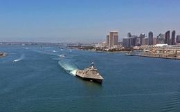 Siêu hạm USS Coronado bị tàu cỡ nhỏ khóa chết