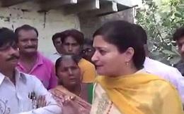 Nữ nghị sỹ Ấn Độ ngã xuống cống khi đang trả lời phỏng vấn