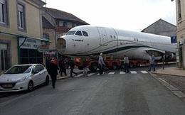 Tắc đường 4 tiếng vì máy bay… mắc kẹt giữa phố
