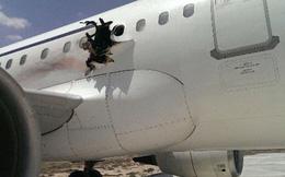 Máy bay chở hàng trăm khách nổ thủng thân giữa trời