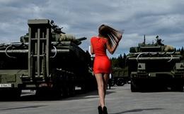 24h qua ảnh: Người mẫu khoe dáng tại triển lãm quân sự Nga