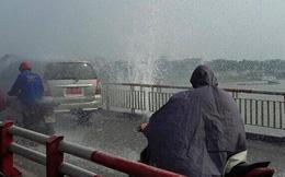 Hà Nội: Vỡ đường ống nước, nhiều người phải mặc áo mưa qua cầu Chương Dương