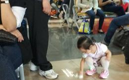 Hành động của bé gái 3 tuổi khiến nhiều người lớn phải xấu hổ