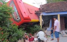 Đang ngủ, bị xe khách tông sập nhà, tường đè lên người