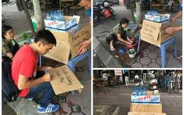 Tấm biển của bà cụ khiến người đi đường Hà Nội ngoái đầu lại