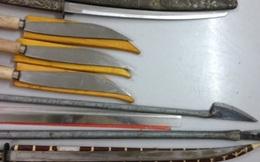 """Phát hiện nhiều dao, kiếm trong nhà """"tú ông"""""""