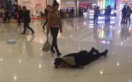 """Lăn lộn trên sàn trung tâm thương mại mong bạn gái """"hạ hỏa"""""""