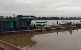 Tàu chìm sau tai nạn, 4 người trong gia đình mất tích dưới sông