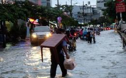 Người Sài Gòn bì bõm vác bàn, dắt xe vượt rốn ngập