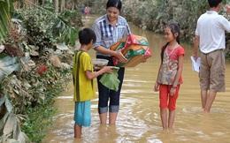 Hoa hậu Ngọc Hân bì bõm lội nước, ôm đồ cứu trợ ở miền Trung