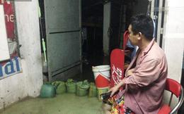 Mưa ngập kinh hoàng, người dân Sài Gòn không dám đóng cửa cả đêm