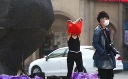 Lo sợ tai nạn giao thông vì gái xinh thay đồ giữa đường
