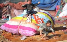 Bộ ảnh những đứa trẻ kiếm ăn ở bãi rác gây xúc động cư dân mạng