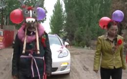 Sự thật về bức ảnh gây sốc bố mẹ kéo xe đám cưới cho con