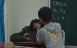Hình ảnh học sinh nhổ tóc sâu cho thầy trên lớp gây tranh luận