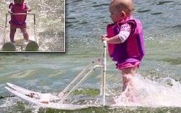 Màn trình diễn cực ngoạn mục của bé 6 tháng tuổi trên mặt nước khiến người người ngỡ ngàng