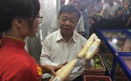 """Ông Võ Kim Cự đứng """"rao bán"""", giới thiệu đồ ăn sạch cho người dân"""
