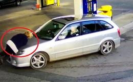 Bị hất tung trên nắp ca-pô sau khi nghi ngờ gã đàn ông quỵt tiền xăng