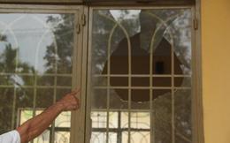 Bức xúc, bị hại đập bể kính cửa, bàn tòa án tỉnh