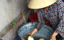 Dùng bột ăn mòn da tay để tẩy trắng dừa tươi ở Sài Gòn