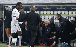 """Dính thẻ đỏ, """"ngựa chứng"""" Balotelli nở nụ cười nhẹ, có hành động bất ngờ"""