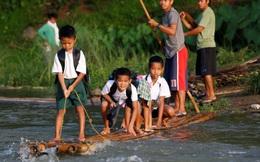 24h qua ảnh: Học sinh mạo hiểm chèo bè vượt sông tới trường